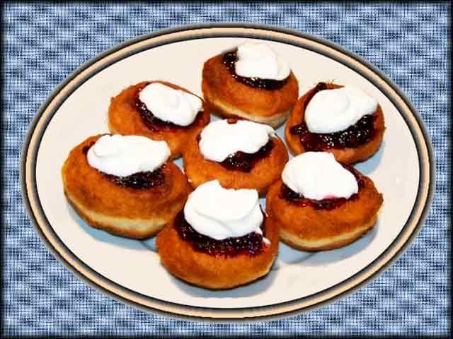 Na 1 kg polohrubé mouky 1 žloutek, 2 lžíce cukru, 2 lžíce másla nebo jiného omastku, z 30 g droždí kvásek, trochu soli a dle potřeby vlažného mléka se zpracuje dobře v tužší těsto