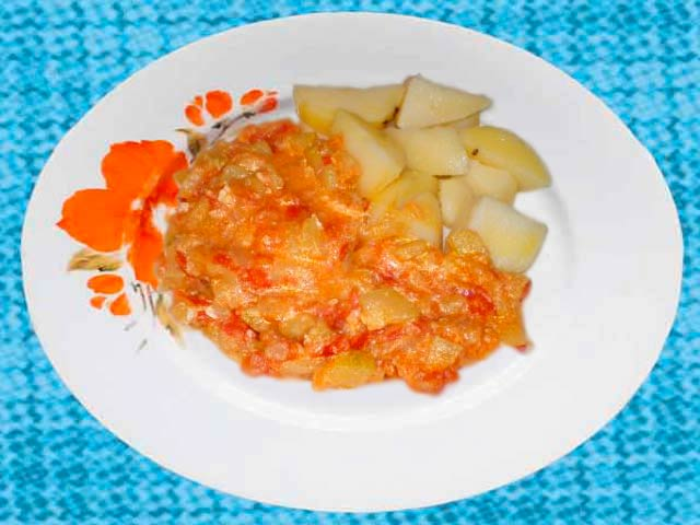4 l��ce oleje, 2 st�edn� velk� cibule 4-6 paprikov�ch lusk�, 4-6 raj�at, 3-4 strou�ky �esneku (nebo necel� l�i�ka �esnekov� pasty), s�l, 150 g pl�s�ov�ho s�ra, 4 vejce, podle mo�nosti zelen� na� na posyp�n� pokrmu.