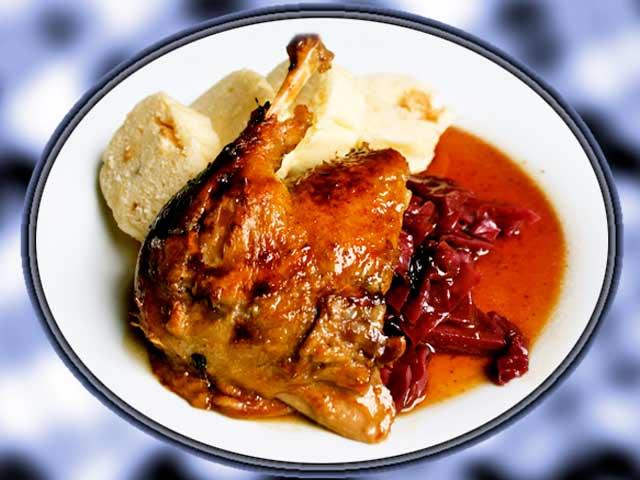 1 kachna, 60g slaniny, 40g m�sla, ko�enov� zelenina, citr�nov� k�ra, ocet, cibule, zrnka pep�e, nov�ho ko�en�, tymi�n, bobkov� list, h�eb��ek, j�ka z m�sla, mouky a cukru, 1/8l �erven�ho v�na, citr�nov� ���va.