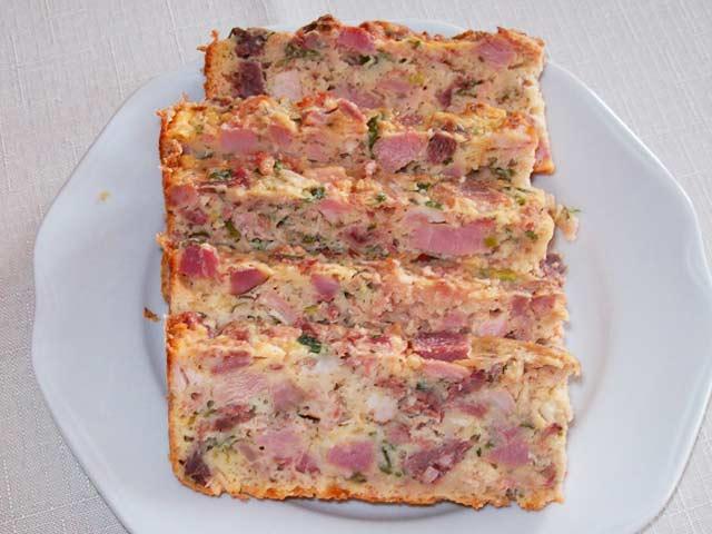 2 kostky zeleninového vývaru, 200 g vepřového ramínka, 200 g telecího hrudí, 200 g uzeného masa, 6 housek, 1 hrst mladých kopřiv, ½ lžíce nasekané pažitky, 6 vajec, sůl, mletý černý pepř, tuk a strouhanka.