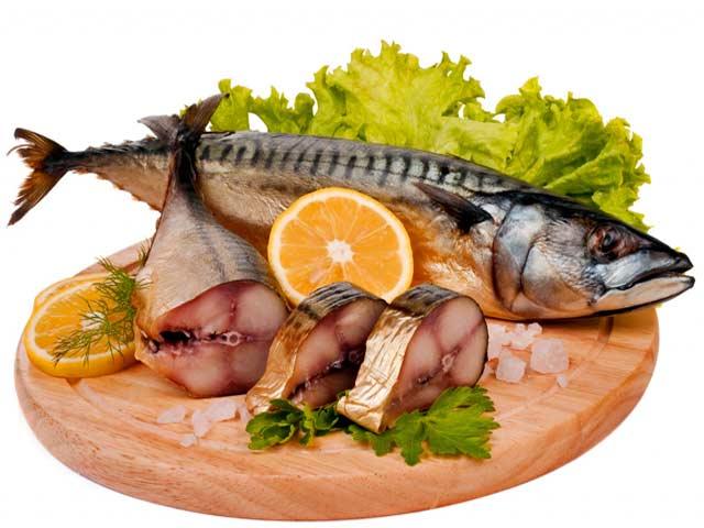 2 velké nebo 4 menší makrely (asi 1 kg), šťáva z jednoho citrónu, 600 g pórku, sůl, pepř, trochu sójové omáčky, 2 lžíce smetany, 1 lžíce másla.
