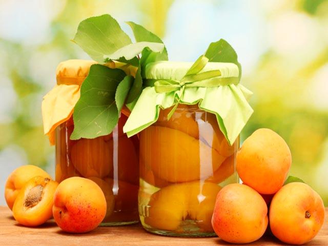 Zralé, ale tvrdé a nepomačkané ovoce se otře čistou, suchou utěrkou, rozpůlí a pecky vyndají