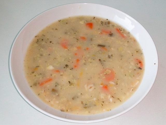 Asi 80 g vloček se dá do studené vody, osolí a zvolna vaří do měkka.
