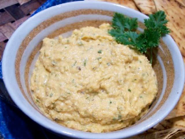 50 g másla, 1/2 lžíce jemně pokrájené cibule, 50 g droždí, trochu mléka, 1 žloutek, 25 g strouhané housky, sůl.