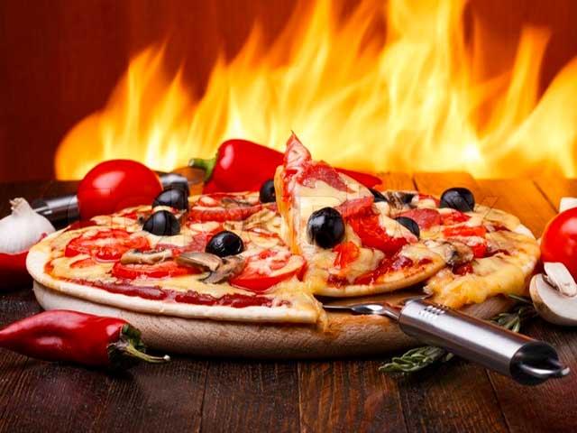 Základní těsto na pizzu, 200 g celeru, 2 rajčata, 150 g šunky, 100 g tvrdého sýra, 1 cibule, oregano, majoránka, sůl, citrónová šťáva, olej.