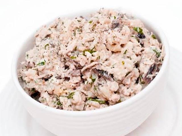 400 g čírůvky májovky, 150 gementálu, 2 dl smetany, 2 žloutky, olej, hořčice, okurky, mrkev, petrželová nať, mletý pepř, sůl